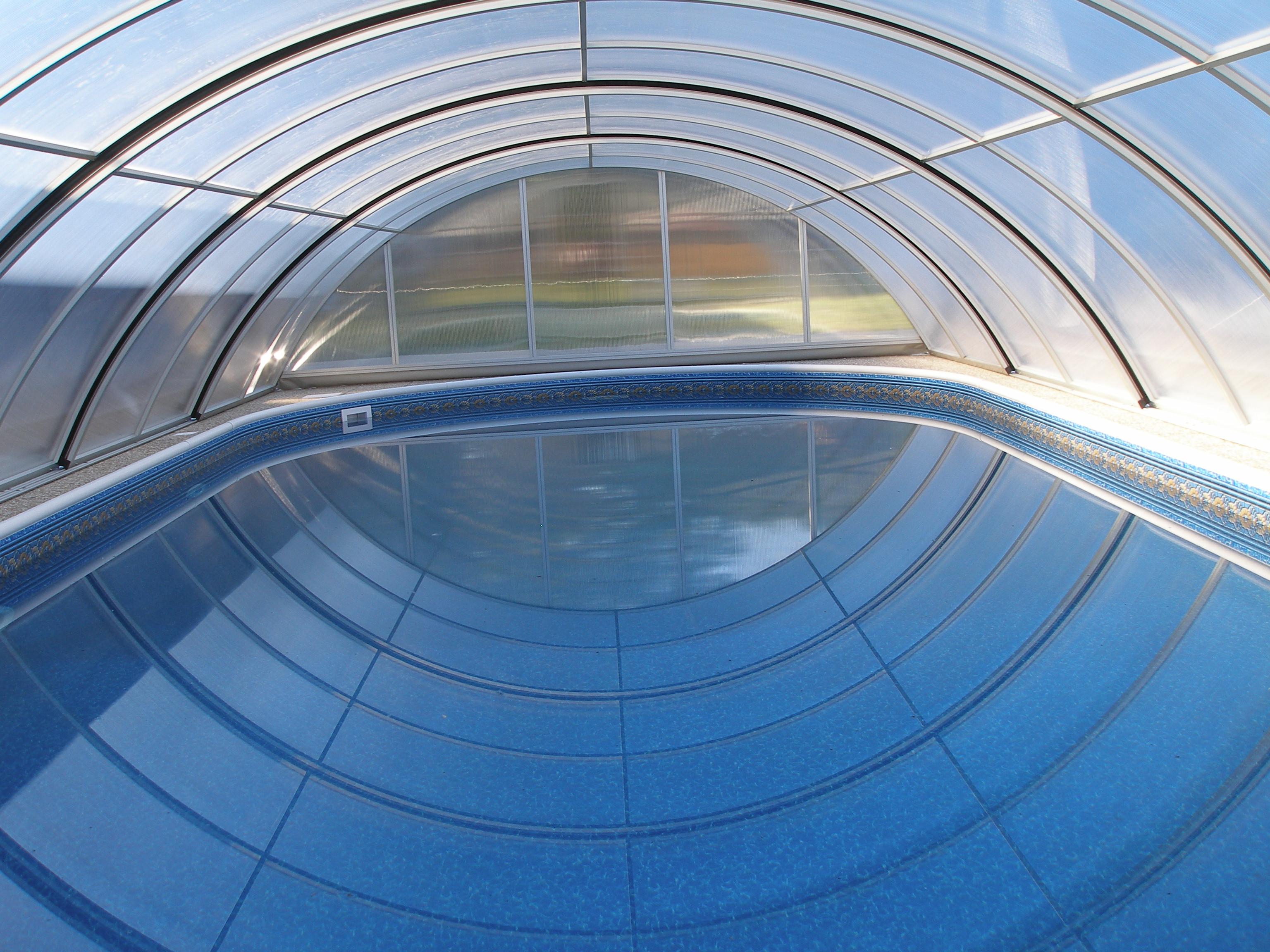 Bezkolejnicové zastřešení bazénu